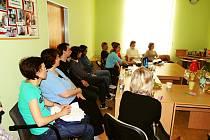 Beseda. Díky přednášce vedené českým dobrovolníkem, který se daného programu účastnil, se mohli zájemci dozvědět více o možnosti dobrovolné služby v zahraničí.