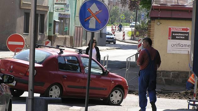 Kudy kam? Uzavírka Žižkovy ulice v Havlíčkově Brodě byla včera  ráno a dopoledne  pro některé řidiče velkým překvapením a silniční zábrana je zaskočila.
