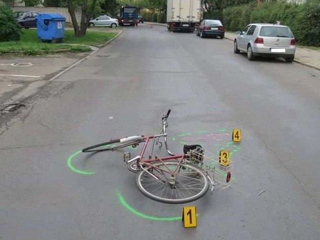 Tragická nehoda se stala letos 13. března v ulici Ždírecká v Dobroníně na Jihlavsku po jedenácté hodině dopoledne. Řidič při couvání na zrcátka cyklistu přehlédl. Ilustrační foto.