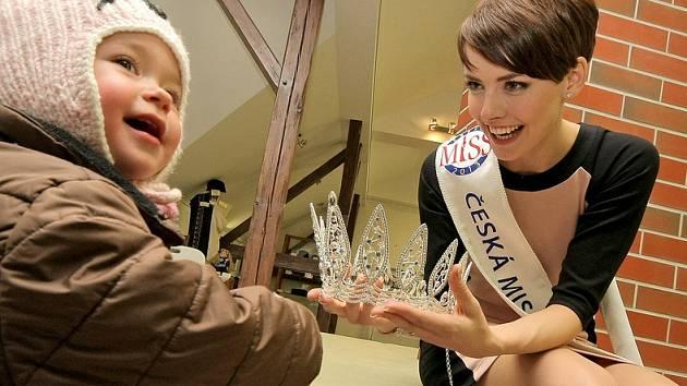 Česká Miss 2013 Gabriela Kratochvílová přijela na návštěvu do rodné Chotěboře. Slavnostní přivítání bylo připraveno v Městské knihovně.