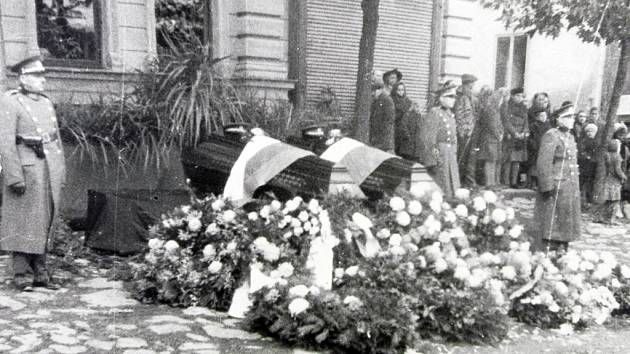 Přibyslav dne 30. října 1944. Na historickém snímku vidíte státní pohřeb zastřelených četníků. Repro: