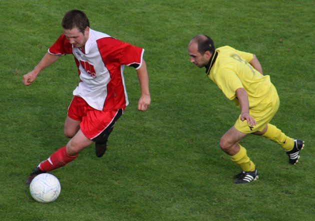 Přibyslavští fotbalisté (v červeném) vstoupili do nové sezony v souboji s nováčkem soutěže se Štoky.