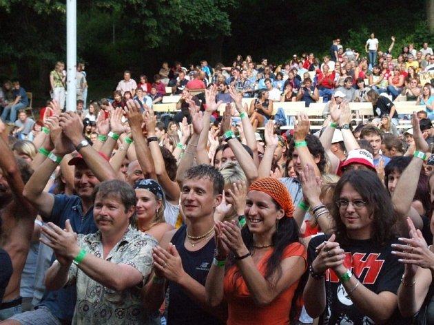 Festivaly v plném proudu. Amfiteátr pod hradem v Lipnici nad Sázavou na Havlíčkobrodsku ožívá každoročně několika festivaly. V pátek a v sobotu bude patřit osmému ročníku Reje noci svatojánské.