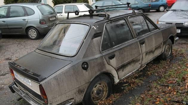 Plechoví sirotci. Na kapoty opuštěných autovraků sedá prach a padá listí. Opuštěné jsou jenom zdánlivě. Ve skutečnosti každé z těchto vozítek má své majitele, kteří bezpečně znají svá práva, ale už ne svoje povinnosti.