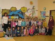Na snímku jsou žáci 1.A Základní školy Chotěboř, Buttulova s třídní učitelkou Mgr. Lucií Jokschovou a asistentkou Markétou Laštůvkovou.
