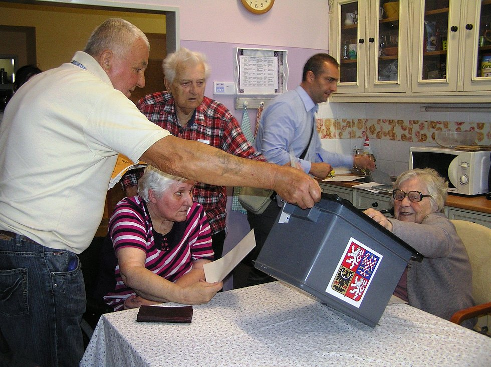 Senioři v Domově Husova v Havlíčkově Brodě si nenechali volby ujít.