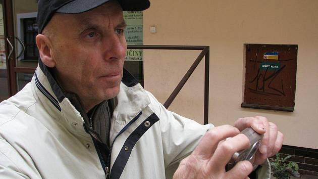 Jaroslav Švanda žije i po odchodu do penze novinami a novinařinou. I technicky jde stále s dobou. Digitální fotoaparát, fleška a počítač mu jsou každodenními společníky. S redakcí Havlíčkobrodského deníku stále spolupracuje.