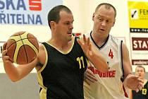 Brodští basketbalisté (v černém Luděk Hlaváč) museli absolvovat oba zápasy proti pardubickým celkům jen v pěti hráčích, oba duely nakonec dohrávali jen ve čtyřech.