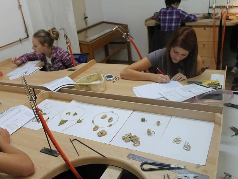 Odborný dohled. Praxi v dvanáctimístné dílně vykonávají pod dohledem odborné učitelky Magdy Bártové žákyně všech tří ročníků zlatnického oboru současně.
