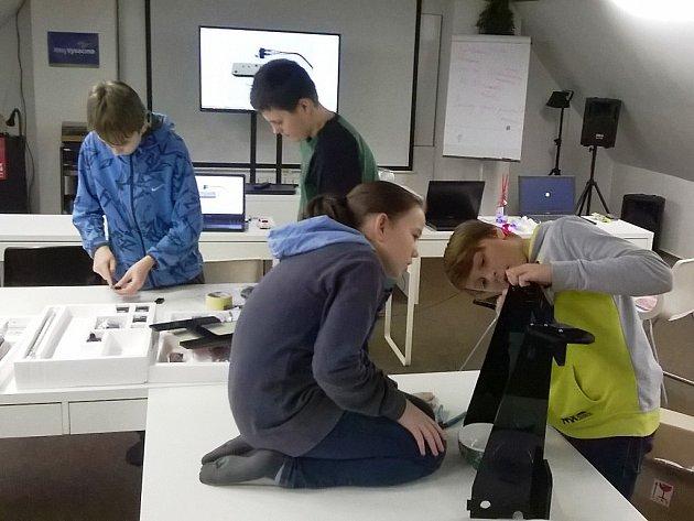 S nejmodernějším typem tiskárny pracují v Golčově Jeníkově čtyři žáci základní školy.