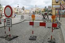 Betonáží pokračovala ve čtvrtek oprava přechodu pro chodce u Komerční banky ve spodní části Havlíčkova náměstí. Po vyzrání betonu dojde ke zpětnému položení dlažby. Oprava tohoto, ale i zbývajících přechodů, bude dokončena 26. července.