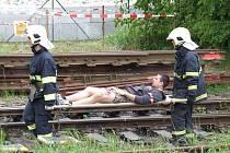Do akce, která měla prověřit připravenost všech složek záchranného systému, se včera odpoledne zapojilo několik desítek osob. Ty si vyzkoušely prakticky vše, co je v případě hromadného neštěstí na železnici třeba dělat.
