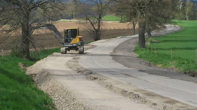 Veškeré práce zatím probíhají v souladu s harmonogramem. Pokládka první nové asfaltové vrstvy by mohla začít v druhé polovině června.