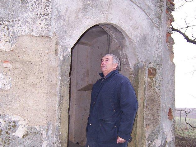 Starosta České Bělé Václav Jaroš před kaplí na Šibeničním vrchu.