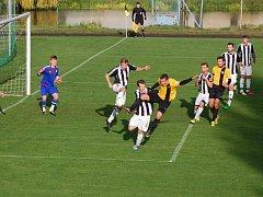 O domácí neporazitelnost v neděli budou hrát fotbalisté Ledče (v pruhovaném) proti Humpolci.