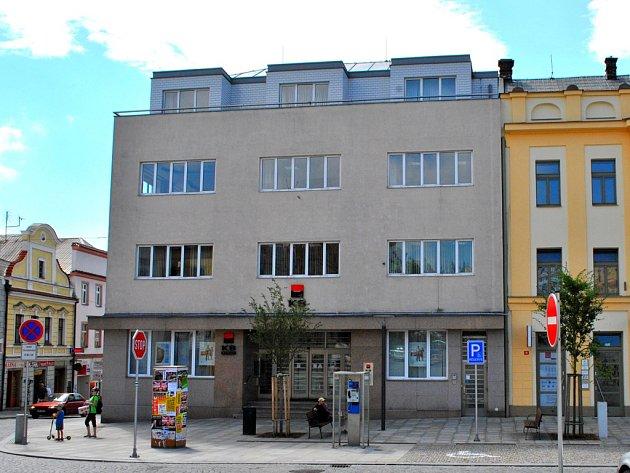 Na jižní straně náměstí a rohu do Dolní ulice dnes dominuje moderní budova Komerční banky.