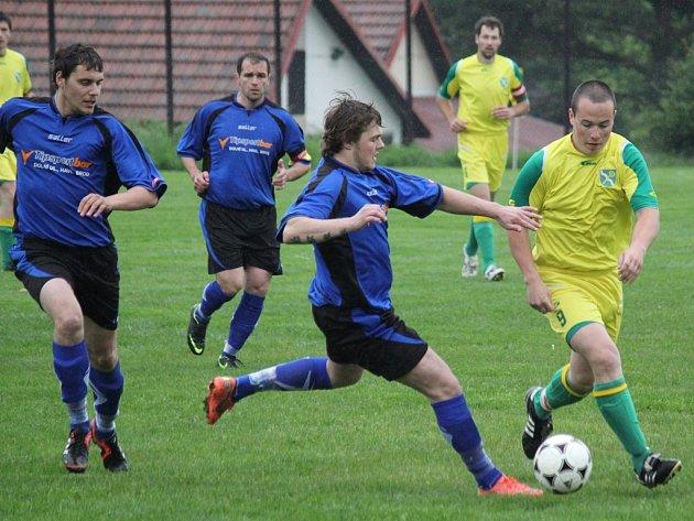 Slavit postup. To si o tomto víkendu přejí fotbalisté Mírovky (vlevo). Pokud se tak stane, zahraje si Mírovka poprvé krajskou soutěž.