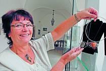 Krásná výstava. Jana Kovačková (na snímku) v chotěbořském muzeu na zámku rodu Dobrzenských vystavuje nejen své tradiční sklo malované vysokým smaltem, ale nově také různé šperky z kamenů a cínu.