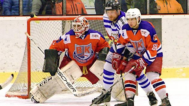 Junioři Havlíčkova Brodu (v červeném) se mohli postarat o překvapení, ale v rozhodujícím zápase čtvrtfinále s Českou Třebovou po velkém boji padli.