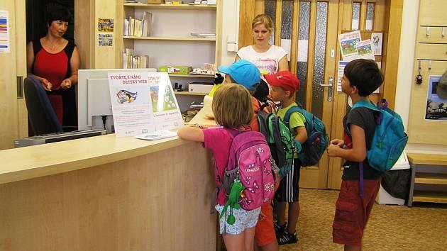 """Malí táborníci v rámci """"bojové hry"""" navštívili například i knihovnu."""