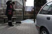 Auto nabouralo do zastávky VÚB v Chotěbořské ulici.