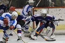 Oba týmy uspěly. Úspěšný víkend mají za sebou hokejisté Světlé (v bílém) i Chotěboře (v tmavě modrém).