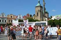 Za rodiče, kteří už dvakrát demonstrovali na Havlíčkově náměstí proti rušení ZŠ Konečná, se postavil i první místopředseda senátu Petr Pithart.