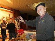 Vestibul Kulturního domu Ostrov před třiceti lety získal unikátní ozdobu. Vitráže z českého křišťálu tehdy vytvořil akademický sochař Miroslav Rybička. Nyní je v Brodě restauruje.