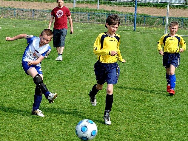 Na jedničku zvládli závěr podzimní části mladší žáci U13 brodského Slovanu (vlevo), když dokázali vyhrát v Prostějově a v Třebíči, kde vyhráli vysoko 19:8.