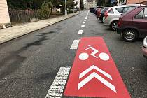 Pruh pro cyklisty se nachází v ulici Beckovského (na snímku). Druhý je u Základní školy Wolkerova.