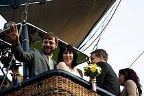 Netradiční svatba se v Lipnici nad Sázavou uskutečnila v balónu.