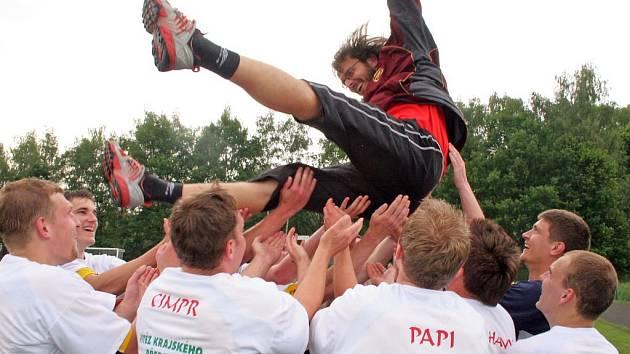 Takto oslavovali loni svěřenci trenéra Sourala postup do divize. Havlíčkobrodští fotbalisté ale zatím ve čtyřech jarních zápasech divize D získali jen jediný bod a klesli do pásma sestupu.