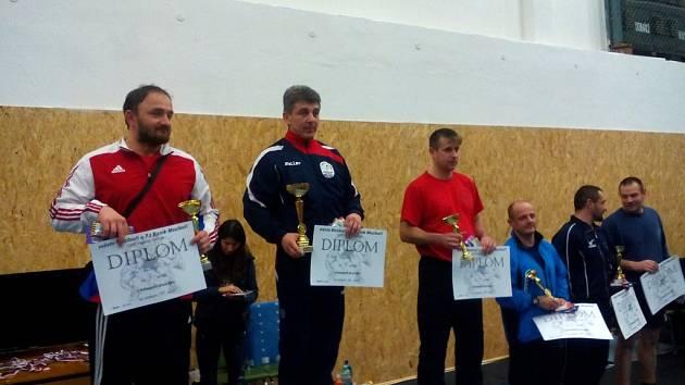 Stříbro v celkovém pořadí brali zápasníci Jiskry na turnaji v Meziboří.