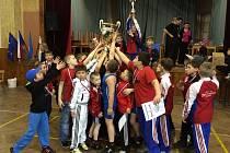 Takto si užívali prvenství na mezinárodním turnaji v Borohrádku mladí zápasníci brodské Jiskry.