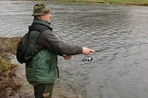 Na Sázavě už rybáři loví pstruhy.