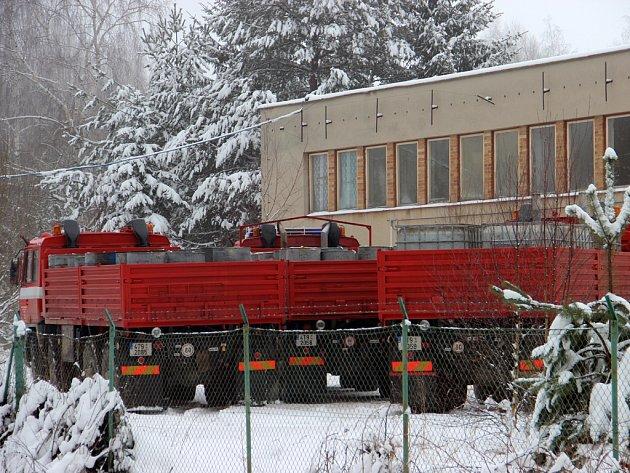 Jeden z velkých skladů nelegálního ligu měl Březinův gang u Stojčína na Pelhřimovsku. Na přelomu let 2012 a 2013 odsud celníci odvezli přes milion litrů lihu.
