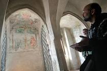 V soukromé kapli se zachovaly nástěnné malby, jejichž ústředním motivem je výjev Ukřižování a Zmrtvýchvstání Ježíše Krista. Zrestauroval je David Zeman (na snímku).