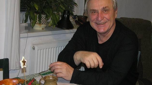 Ty prý herec František Švihlík zažil v době, kdy natáčel populární seriál Četnické humoresky.  Příprava stromečku, ozdoby, nachystání sváteční tabule, to vše bylo tak slavnostní a téměř opravdové, že se dojetí neubránil ani filmový štáb.