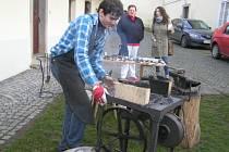 Kovářské umění předváděl návštěvníkům přibyslavské fary Petr Štáfl.