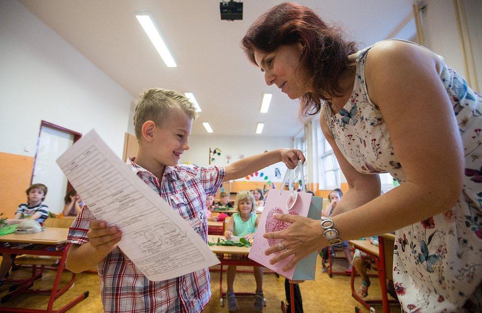 Takto vypadalo předávání vysvědčení dětem první třídy na základní škole V Sadech letos o pololetí. Ještě před koronavirovou pandemií.