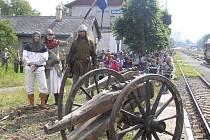 Zoufalci z Nevdieku. Miroslav Krédl (vpravo) a jeho spolubojovníci se zamilovali do středověku. Stali se rytíři a bojovníky a vyrobili si výstroj i výzbroj včetně děl.