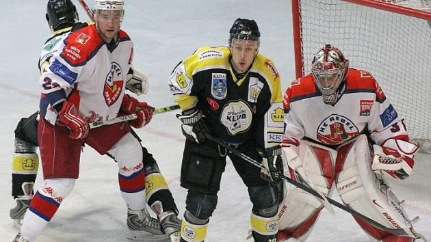 Nejproduktivnější bek. Havlíčkobrodský obránce Jaroslav Borůvka (ve světlém vlevo) si na své konto připsal dva góly a jednu nahrávku. V kádru Rebelů je zatím mezi zadáky nejproduktivnější.