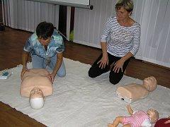 Jak zachránit dítěti zdraví a život si mohli účastníci semináře vyzkoušet na modelech.