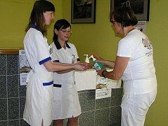 Jak si správně mýt ruce radila pacientům i kolegům ve vestibulu brodské nemocnice nozokomiální sestra Věra Deylová (vpravo).