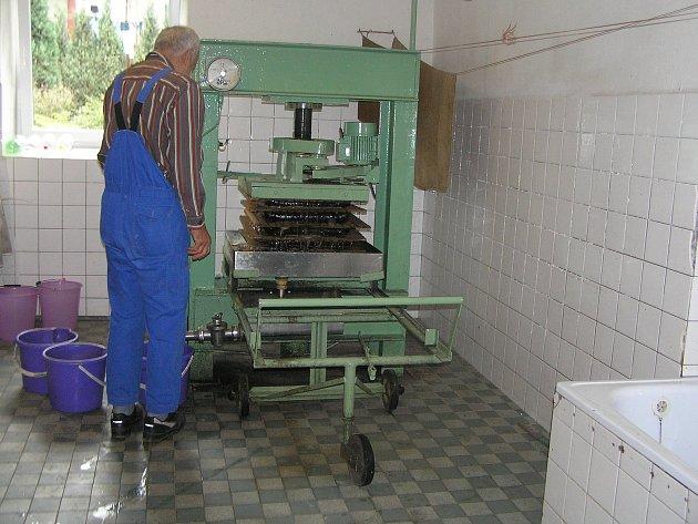 Moštárnu v Přibyslavi provozují zahrádkáři a pečují o ni vzorně.
