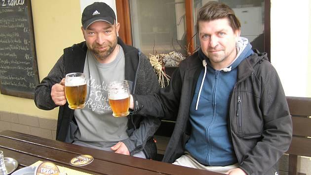 Vychutnat si pivo nebo kávu na zahrádce od toho hosty neodradilo ani chladné počasí.