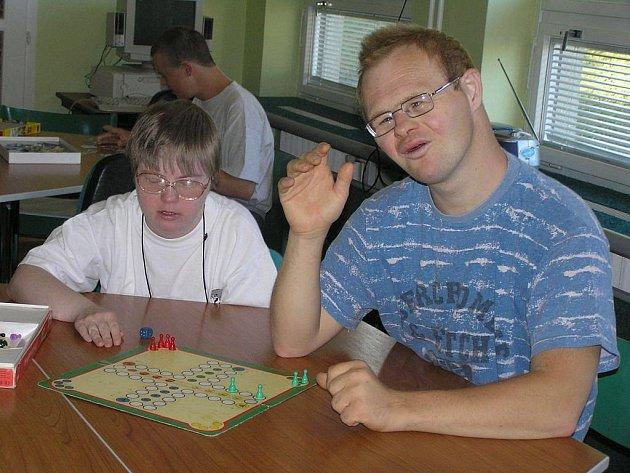 Stolní hrou zahájili klienti denního stacionáře Úsvit svůj nový školní rok.  Všichni se prý těšili  jako děti, přestože mnozí z nich patří věkem téměř mezi dospělé.