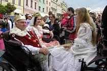 PŘIJÍŽDÍ KRÁL. Pohádkový průvod je každoročně vrcholem a zároveň slavnostním zakončením přehlídky Dospělí dětem. Jen role králů a královen se s léty mění.