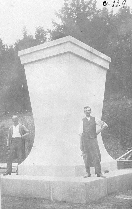 Původní podstavec od Josefa Gočára.
