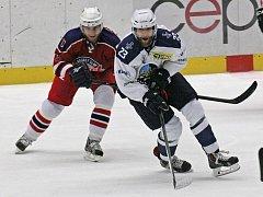 Hokejoví Rebelové (v červeném) se rychle otřepali z domácího debaklu od Kladna a z Kadaně přivezli dva cenné body.